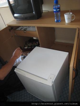IMG_4604 Spring Clean-Mini Bar置物櫃及冰箱後面也要清.jpg