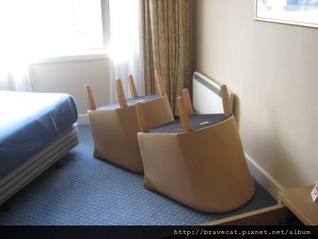 IMG_7685 連椅子底下都不放過.jpg