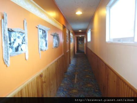 IMG_2045 員工宿舍的長廊上掛滿了舊時照片做裝飾,很有古意,不過也陰森森的,不過NZ不相信有那個就是了.JPG