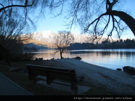 IMG_2110 Lake Wakatipu,坐在湖邊是一種幸福.JPG