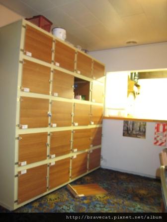 IMG_2248 廚房置物櫃,那個門掉下來的太誇張了.JPG