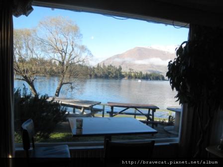 IMG_4234 廚房用餐處,坐在窗邊美麗風景盡收眼底.jpg