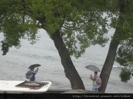 IMG_8822 看著這些撐著傘還在照相的遊客,真的覺得自己非常幸運,因為我每天都可以看到美景,不像他們指停留一天,下雨也得搶拍,現在的我可是待在員工餐廳享受下午茶,不用撐傘林雨.jpg
