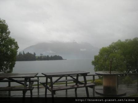 IMG_8824 雨景,宿舍,Lake Wakatipu,還是很美.jpg