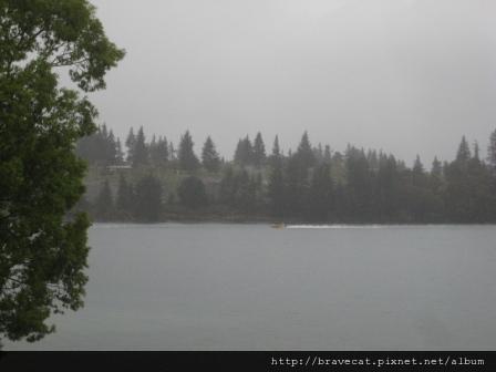 IMG_8827 雨景,宿舍,Lake Wakatipu,下雨還是有人在玩Jet Boat.jpg