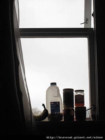 IMG_3784 17號房窗台,室友Yoon把它當冰箱(因為天氣很冷,放在窗口就有冷凍效果).jpg