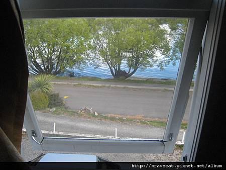 IMG_7914 17號房窗,喜歡坐在窗口聽湖浪聲.jpg