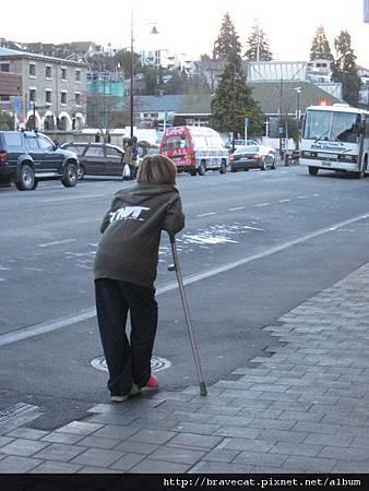 IMG_4754 路上隨處可見摔斷腿的人們