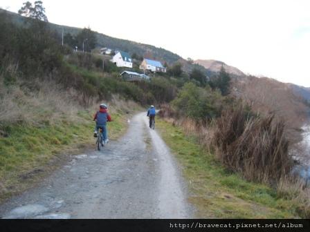 IMG_2512 Frankton Walkway, 有許多人騎著腳踏車在小徑上奔馳
