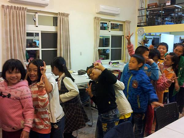 Bravo2014建農教會-孩子開心排隊領禮物