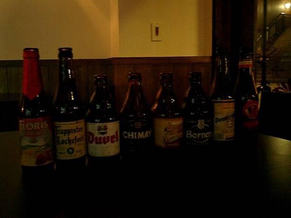兩個人喝了8瓶不同的啤酒唷!