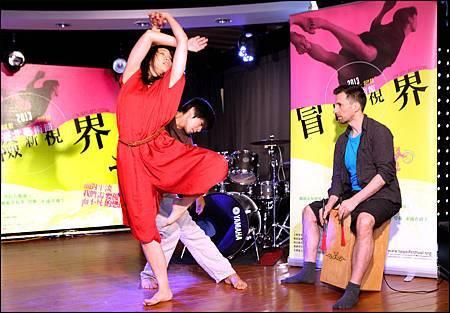 2013臺北藝術節啟售記者會,董怡芬全新編創《我不在這》現場演出精彩片段。_鄧惠恩攝影