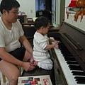 認真彈琴的蟲蟲和爸爸
