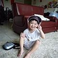 哥哥戴媽媽的帽子