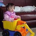 妹妹坐積木車