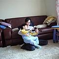 在媽媽身上拉小提琴
