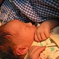 出生後包起來睡睡