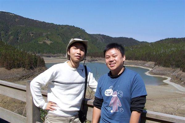 兩人在翠峰湖前合照