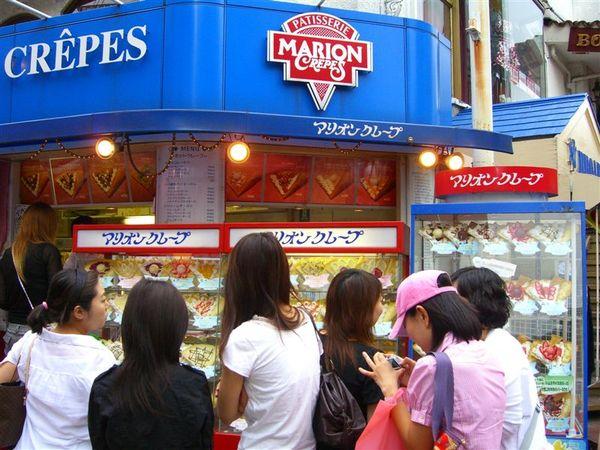 來到了竹下通著名的可麗餅名店,愛吃甜食的女性們已經排成一排了
