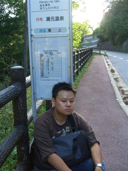 我們在龍頭瀑布巴士站等公車,我被偷拍了(其實是套好的,我真做作)