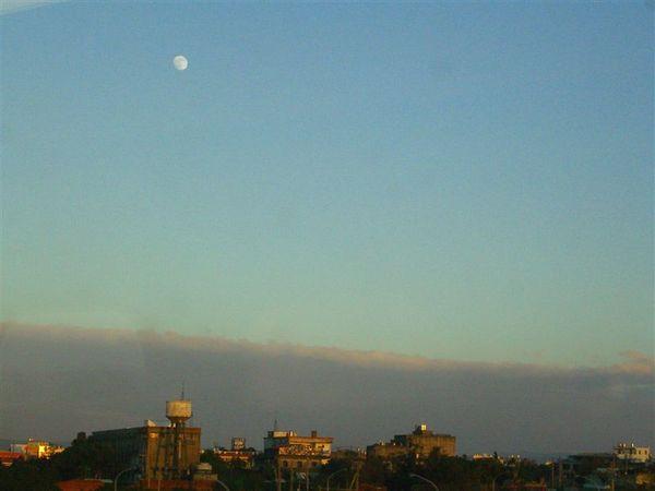 這裡應該是桃園附近吧!車窗外黃昏的月亮真美