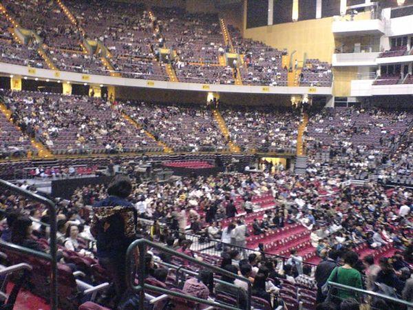 2007-11-25在台北小巨蛋準備欣賞日本新世紀音樂大師喜多郎的演奏會,門票銷售一空,現在大家陸續在進場