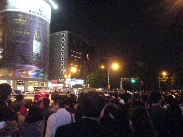令人感動的喜多郎演奏會結束了,小巨蛋周邊滿滿是散場人潮