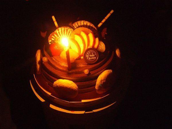 點上蠟燭的蛋糕特寫,挺美的,味道也不錯。當然最重要的是,祝岳俊生日快樂啦!