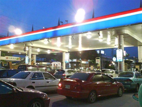 2008-05-27下班時油箱見底,就順便去加油,結果加油站大爆滿,宛若連續假日的收費站