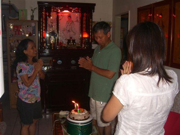 大夥一起幫老爸唱生日快樂歌。不過正名的壞處是:以後得父親節、生日分開慶了,不能一次解決,哈!
