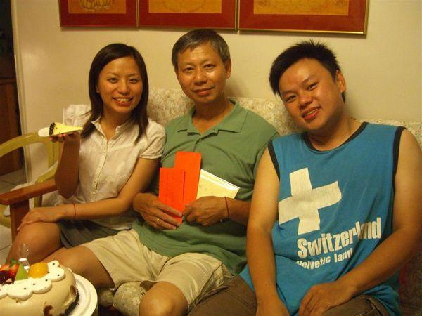 我跟老妹也獻上生日禮金,祝老爸生辰快樂
