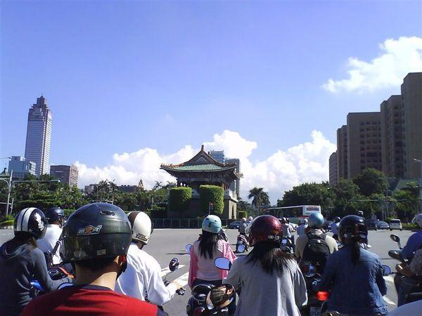 2008-07-15上班途中經過東門前,拍下台北市山緣邊連片的雲海