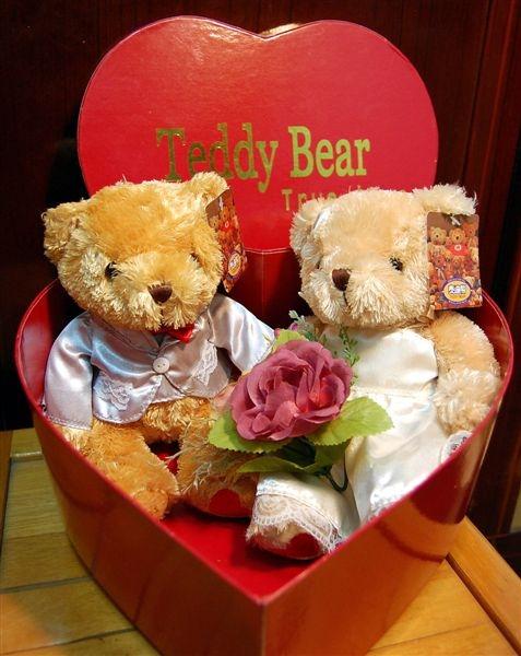 2008-12-18陪永祥去新光三越買他要送給朋友的結婚禮物,選中了這對新婚泰迪熊