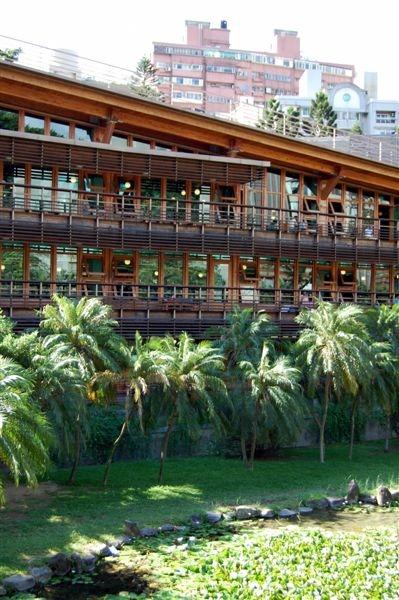 市圖北投分館落成於2006年,是台灣首座綠建築圖書館,造型相當優雅,也有些和風韻味,與北投溫泉區很搭,吸引許多人來此一遊