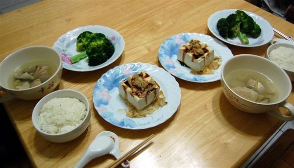 2008-12-26下班回到家後,發現今日休假的永祥,運用簡易廚房做出了兩人份的晚餐。雖然菜色簡單,但讓人感到好幸福