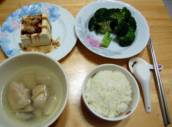 一人份餐點特寫。燙花椰菜還排成國泰樹造型,真的是很用心