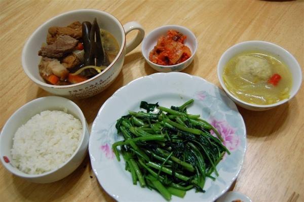 2009-01-13中午在公司附近的全聯採買生鮮,下班後做了這頓晚餐。本來想與室友一起分享,不過因為他要加班,就變成我自己一個人的晚餐啦