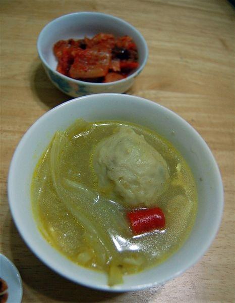 這湯品是用之前剩下的咖哩加入新竹魚丸做成的咖哩魚丸湯,味道意外地佳,上面一碟是我很喜歡的愛之味韓式泡菜