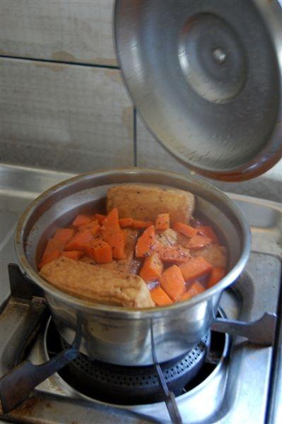 配料豐富的滷肉正在爐子上滾著呢
