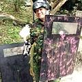 我與我那彈痕累累的盾牌。在第二場大戰中,我因為要搶盾牌衝到最前線,結果火力全都往我身上招呼,可謂槍林彈雨呀