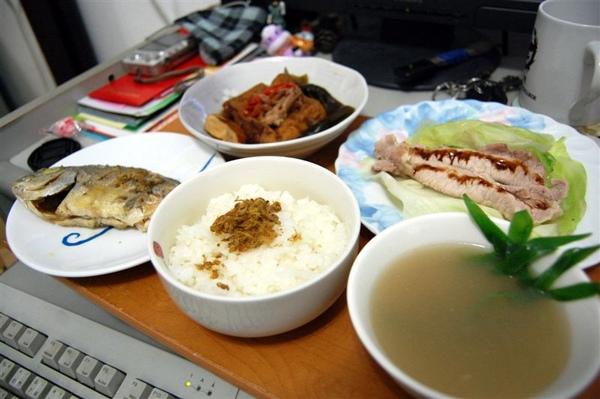 有條海底煎魚、山珍滷味、清燙培根豬,還有一碗飾有竹葉、很像要給貓熊喝的煲湯,實在是太美味、太幸福了