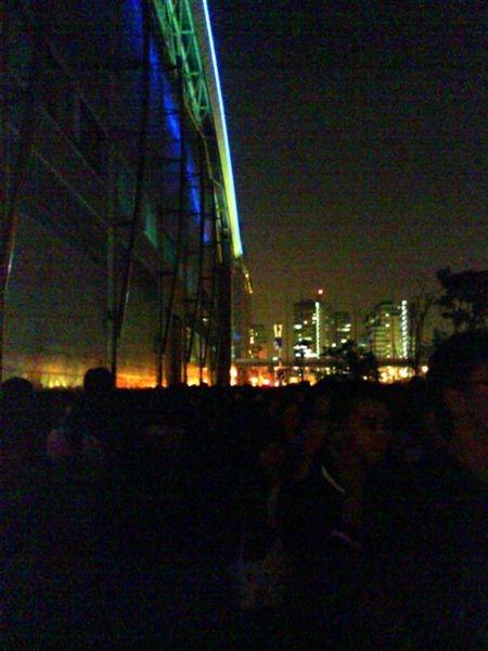 2009-04-03一下班就趕到南港展覽館,因為英倫搖滾天團Oasis綠洲今晚要在台北開唱啦!!!只見館外滿滿的人龍,我們排了快1小時才進場,只能說Oasis的魅力太驚人了