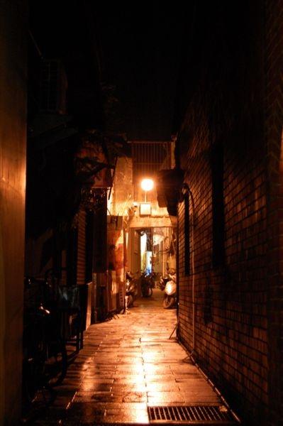 一旁靜謐的小巷散發著夜之美