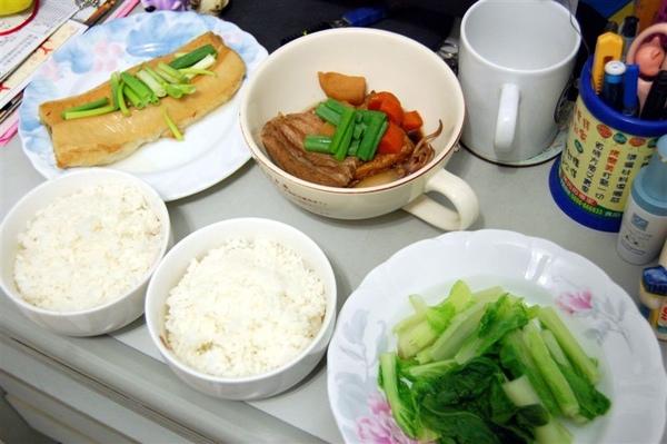 2009-05-12永祥又有好料上桌了,這次有鯊魚煙、滷小卷、滷油豆腐、燙青菜,實在是太豐富了