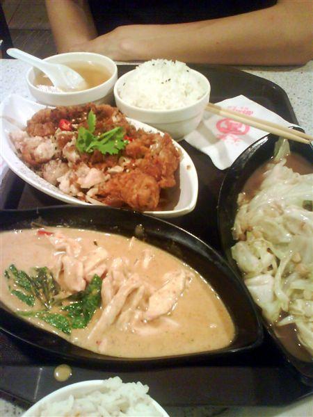 接著去地下美食街用晚餐,我們點了某家泰國菜的雙人套餐,豐富又划算