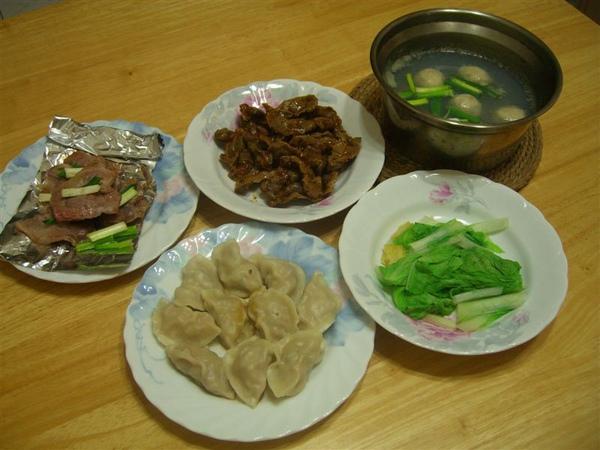 2009-06-15休假的永祥在家準備了豐盛的晚餐,有水餃、燙青菜、鴨賞與蔥烤豬里肌