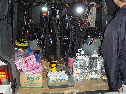整理裝備糧食 車子上架 準備出發.jpg