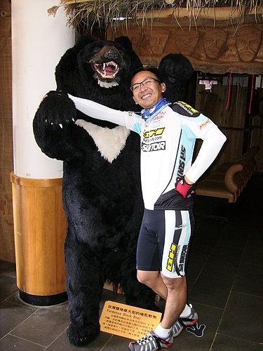 被台灣黑熊綁架的小賴.jpg