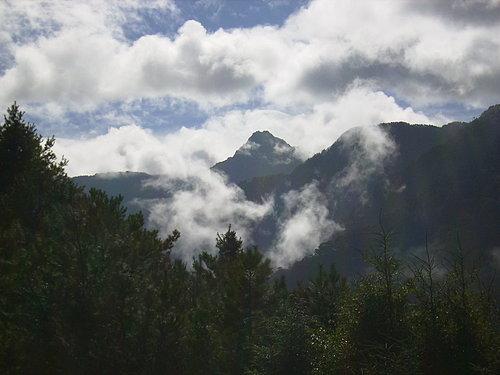 後面隱身在雲霧中的禿出物 就是台灣最高峰 玉山.jpg