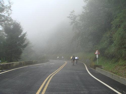 吃飽喝足 在雲霧飄渺中出發往東埔洗溫泉去.jpg